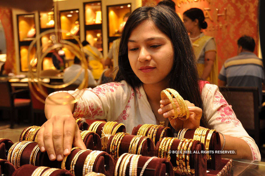 Gold continues bull run, nears Rs 39,000 mark