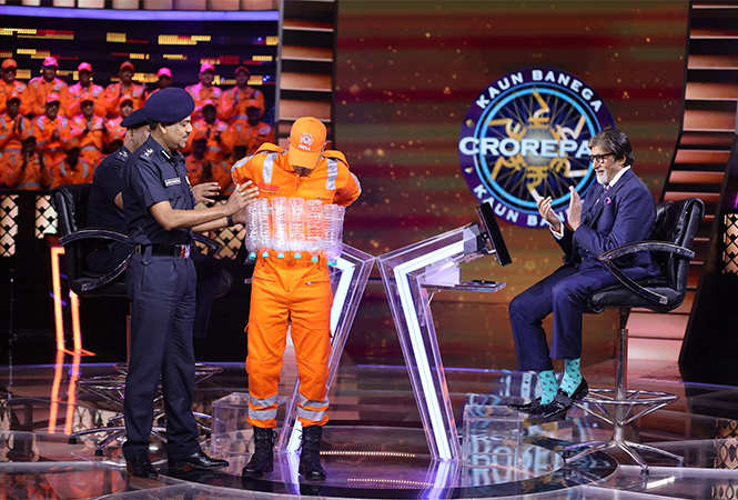 Commandant-Anupam-Srivastava-demonstrates-how-to-safeguard-ourselves-in-crisis-on-KBC-11-(2)