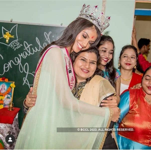 Beauty queens celebrate Teacher's Day