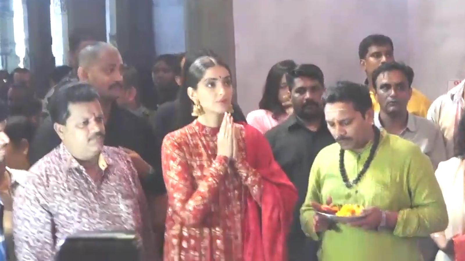 Sonam Kapoor Ahuja visits Andheri Cha Raja, seeks blessings