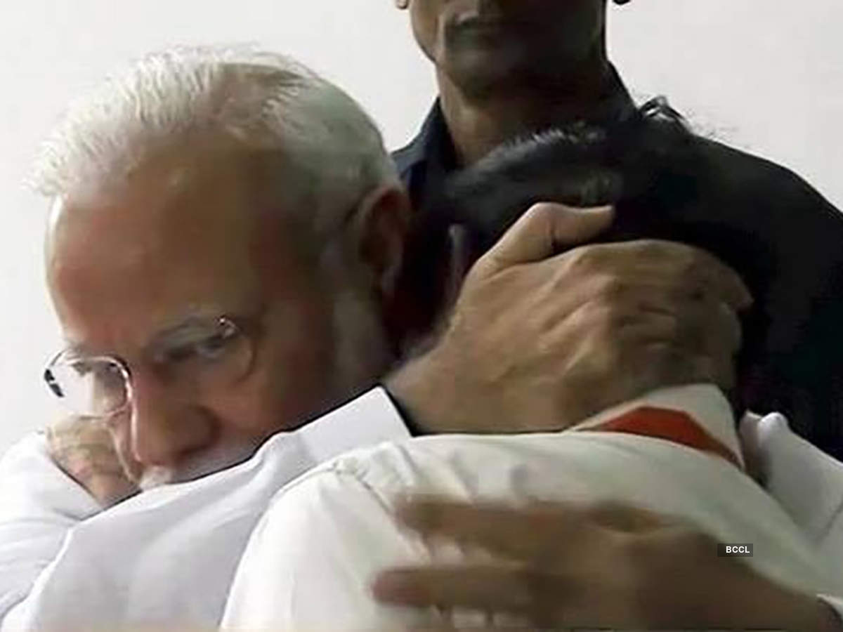 Heart-wrenching pictures of PM Modi consoling and hugging ISRO chief
