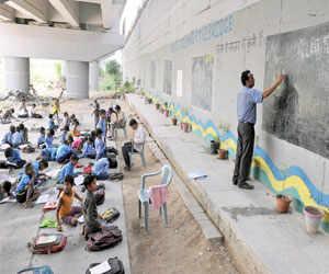 Meet this UP shopkeeper who runs a makeshift school for underprivileged children under a metro bridge