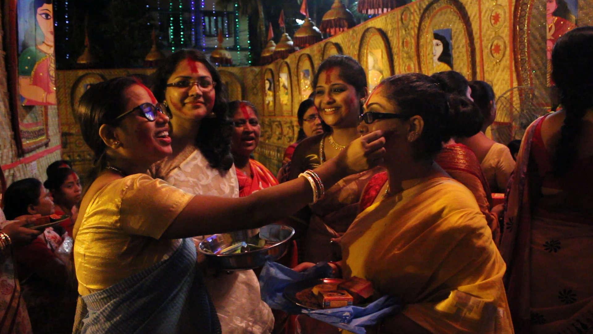 Women playing sindoor khela