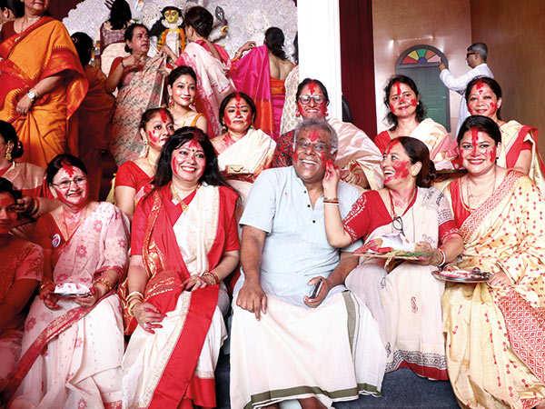 Sindoor-Khela-Ashish-Vidyarthi-at-Ananda-Utsav-Durga-Puja