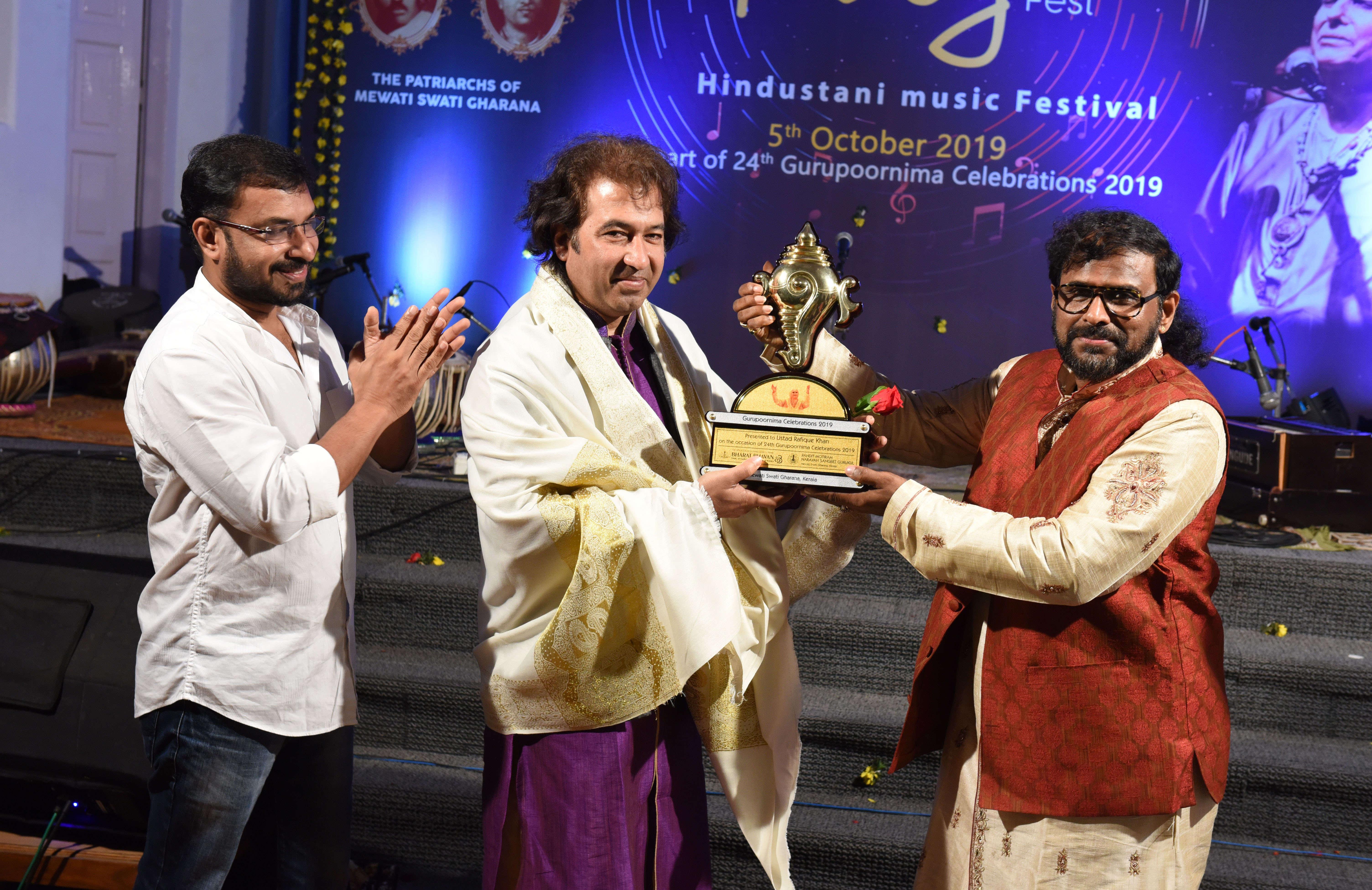 Ustad Rafique Khan  recieving Pandit Jasraj Puraskar
