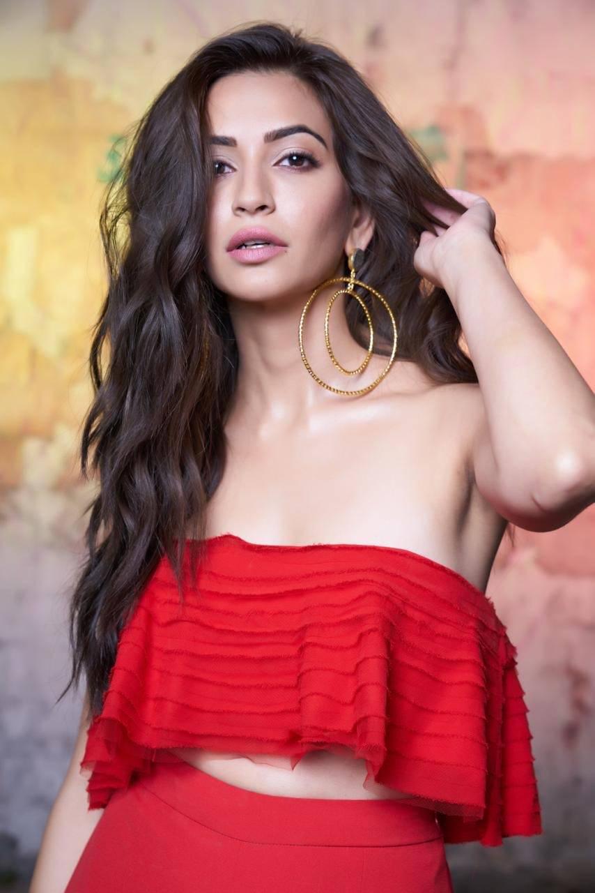 Kriti Kharbanda Hot & Sexy Photos -Video