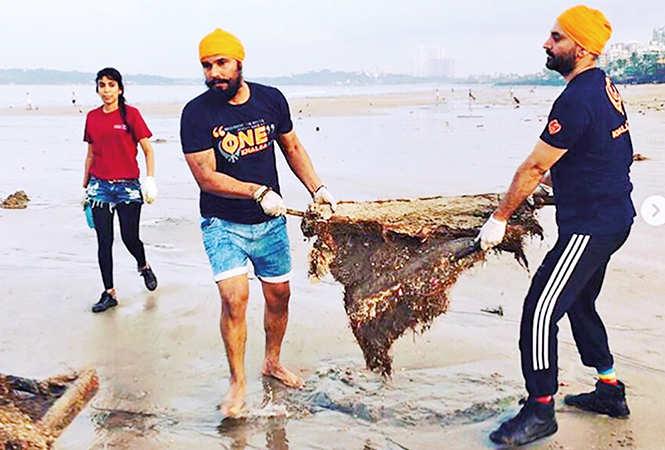 Randeep cleaning up the beach in Mumbai (BCCL/ @randeephooda)