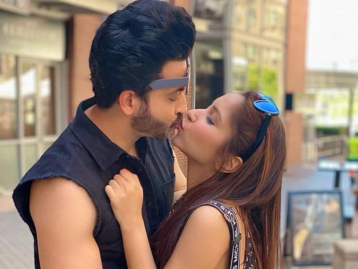 Kundali Bhagya's Dheeraj Dhoopar and wife Vinny Arora share a passionate  lip-lock on their wedding anniversary