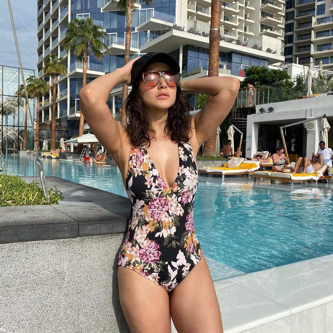 Sunny Leone Hot Photo & Sexy Video