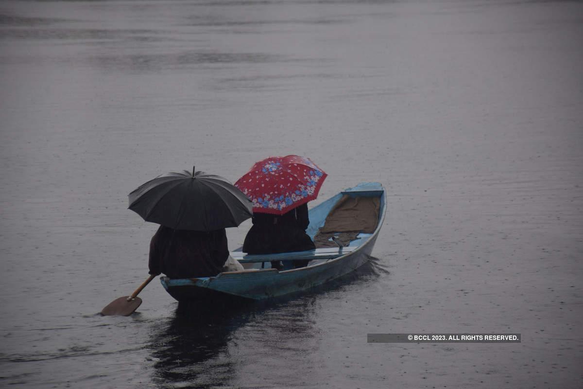 Rainfall in Srinagar, snowfall in upper reaches