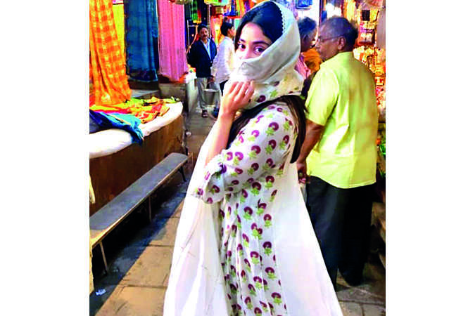 Janhvi covered her face with a duppatta to roam about freely in the city (BCCL)