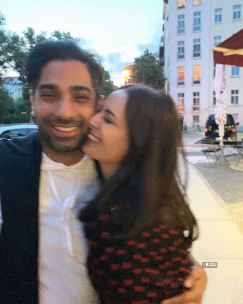 This romantic picture of Evelyn Sharma with fiance goes viral...