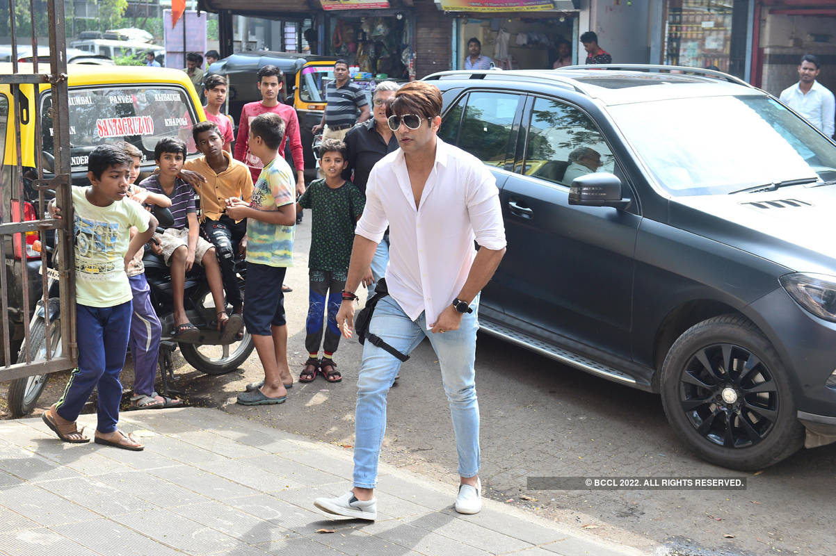 Arjun Bijlani, Chetan Hansraj, Karanvir Bohra and other TV celebs attend Kushal Punjabi's funeral