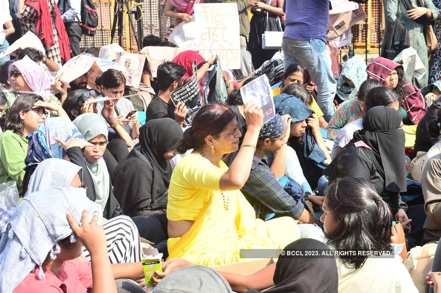 Hundreds protest JNU violence at Gateway of India