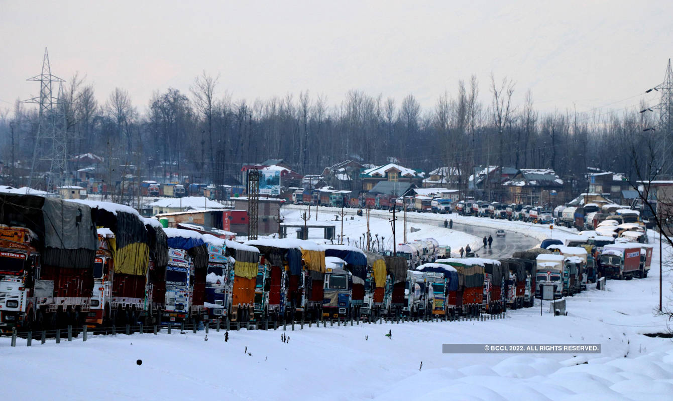 Heavy snowfall in Kashmir Valley brings normal life to a standstill