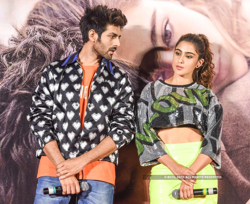 Kartik Aaryan just can't take his eyes off ex-ladylove Sara Ali Khan