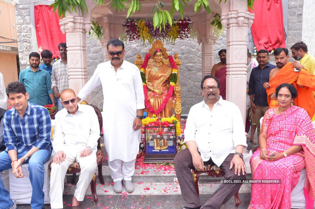 Mahesh Babu unveils statue of veteran Telugu actor-director Vijaya Nirmala