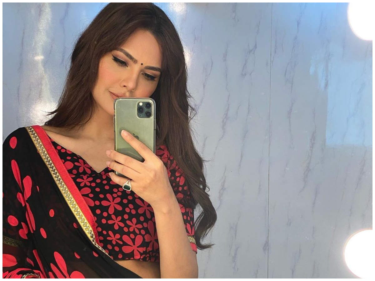 Picture Alert Esha Gupta Channels Her Inner Desi Girl In A Red And Black Saree Have a look at saree poses and photoshoot in saree at home. esha gupta channels her inner desi girl