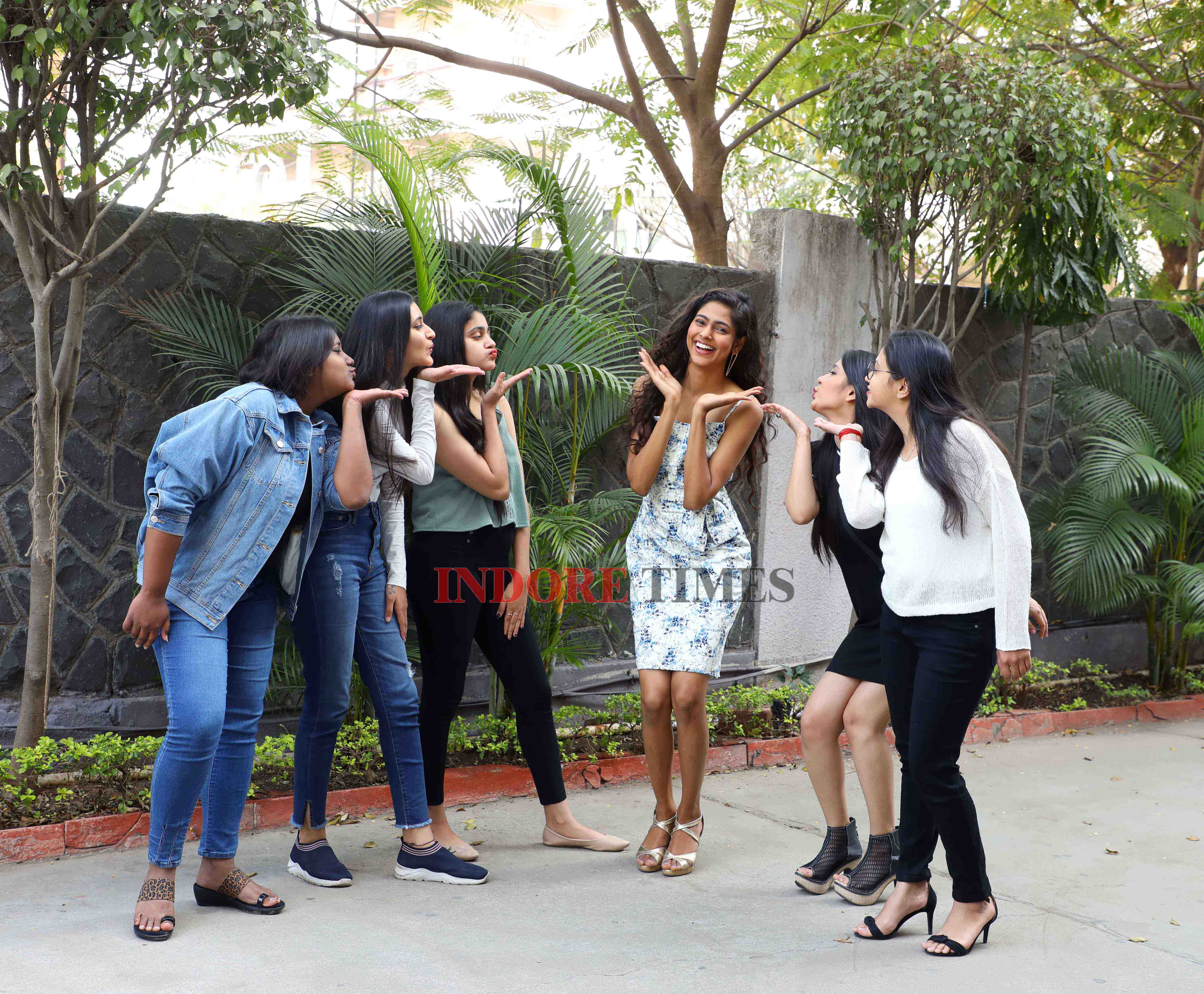 Aavriti and her college friends_edit(2)