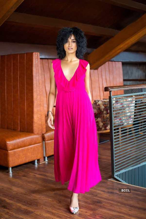 Priyanka Kumari looks alluring in pink