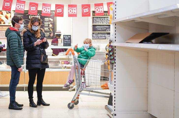 UK shuts down social life amid coronavirus