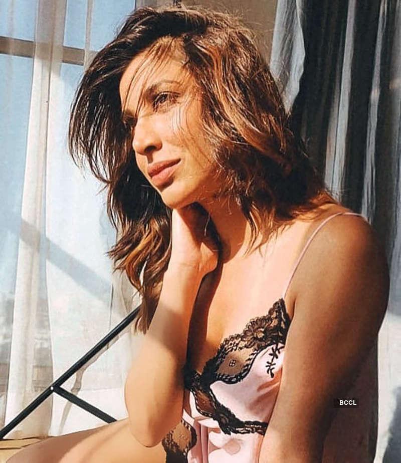 Ravishing pictures of singer & actress Sophie Choudry