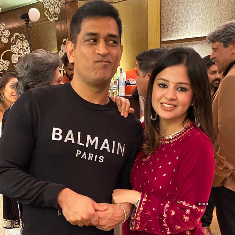 This new candid picture of MS Dhoni with wife Sakshi Dhoni goes viral...