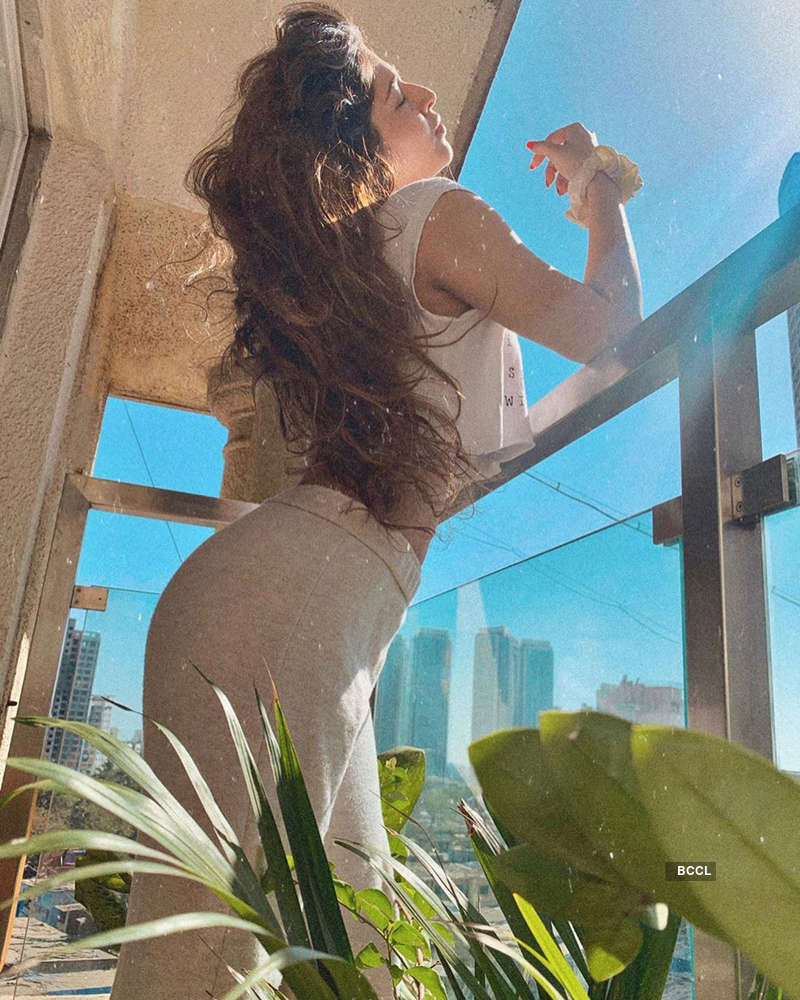 Sonarika Bhadoria ups the glam quotient with her bewitching pictures