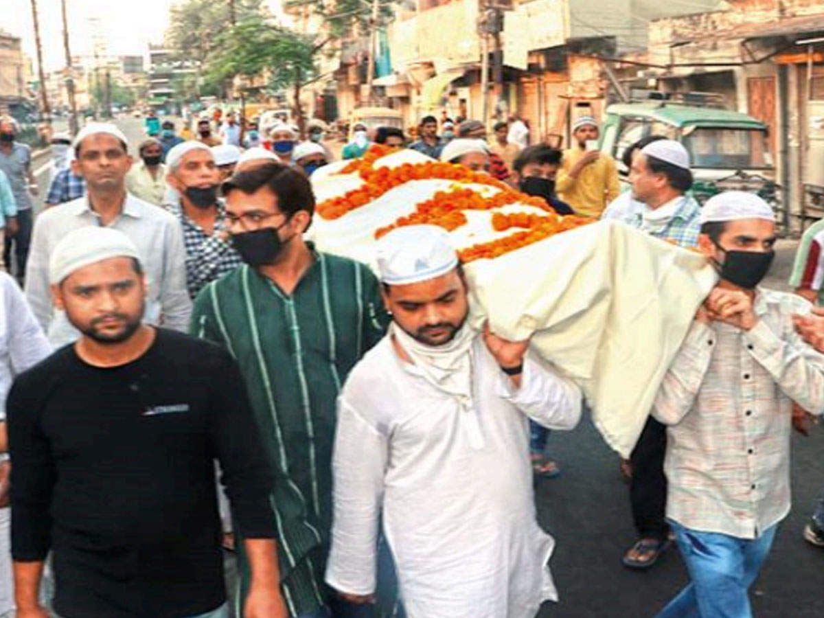 FAKE ALERT: No, Muslims did not conduct last rites of a 'Hindu doctor' who  died due to covid-19 - Times of India