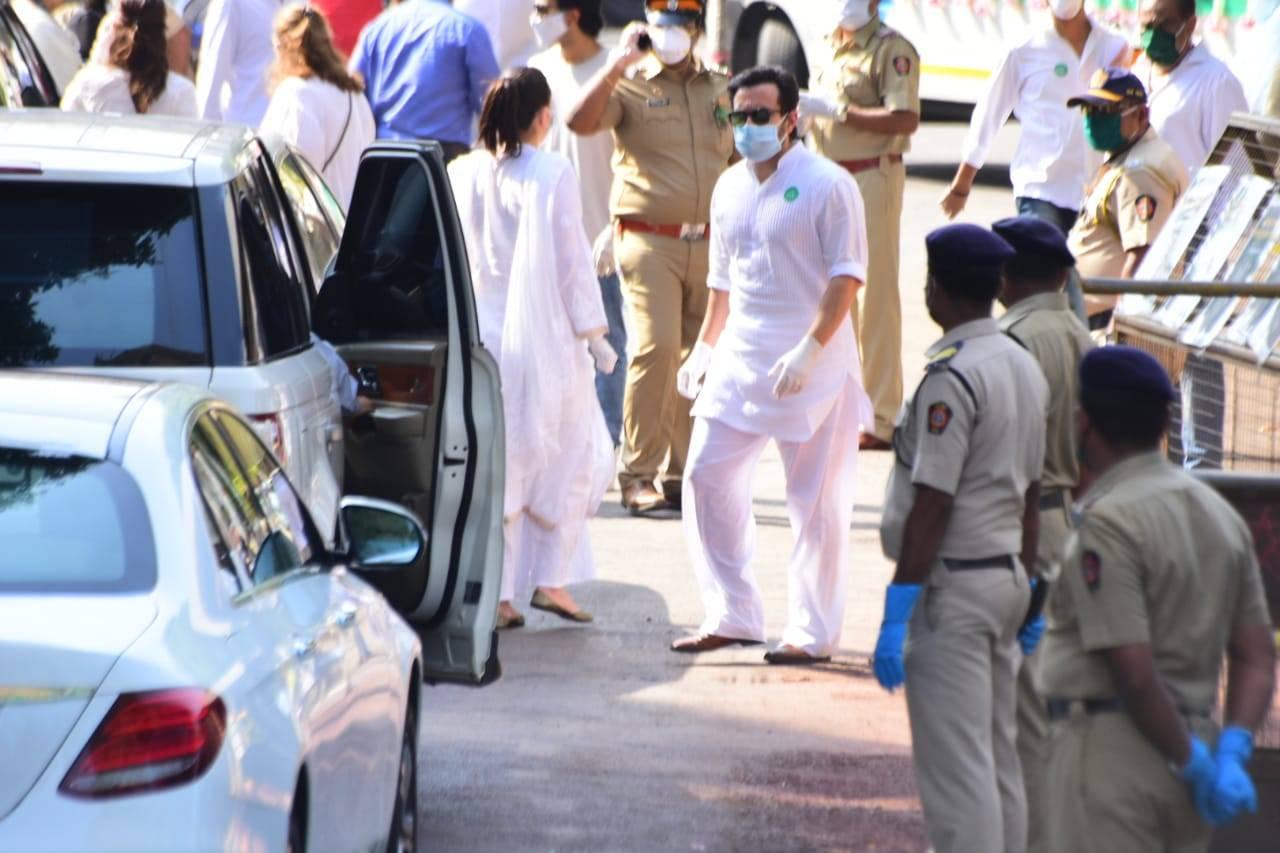 Saif Ali Khan at Rishi Kapoor last rites, Rishi Kapoor cremation photos, videos, news & update