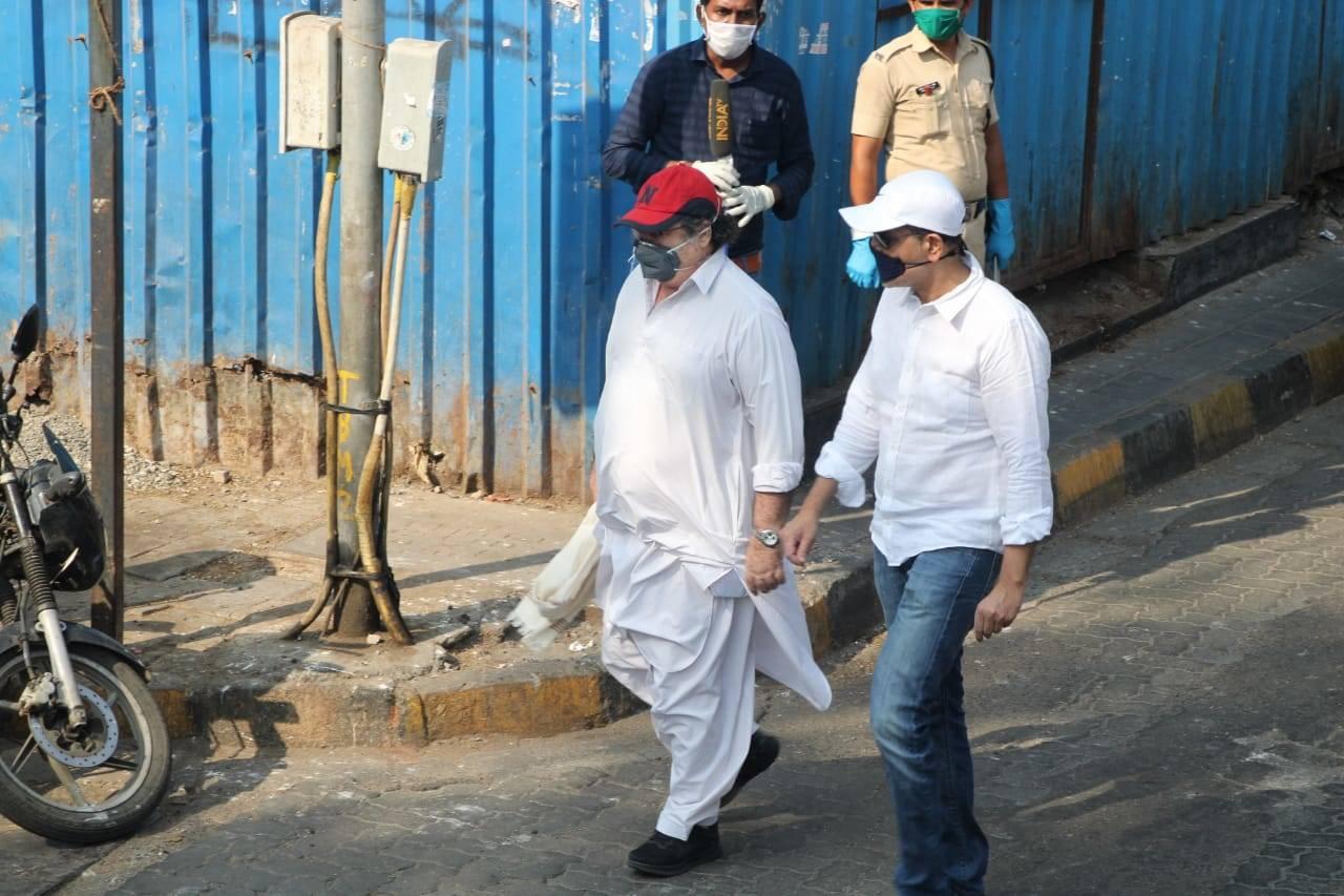 Kunal at Rishi Kapoor last rites, Rishi Kapoor cremation photos, videos, news & update