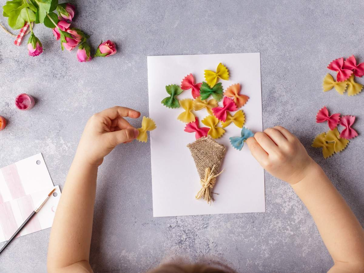 paper-crafts-for-mother-day-8-march-or-birthday-small-child-doing-a-picture-id1167750200