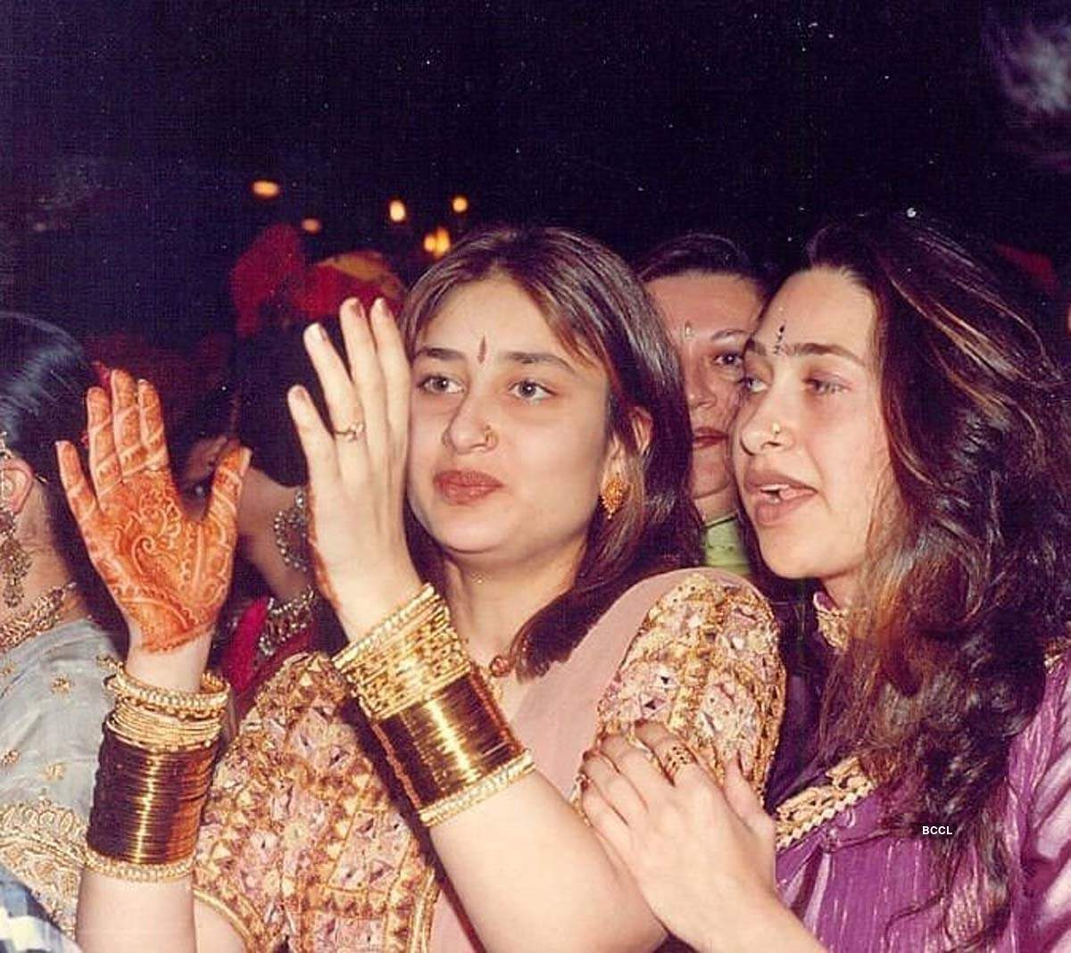Fans are unable to recognise Kareena Kapoor Khan and Karisma Kapoor in this throwback pic