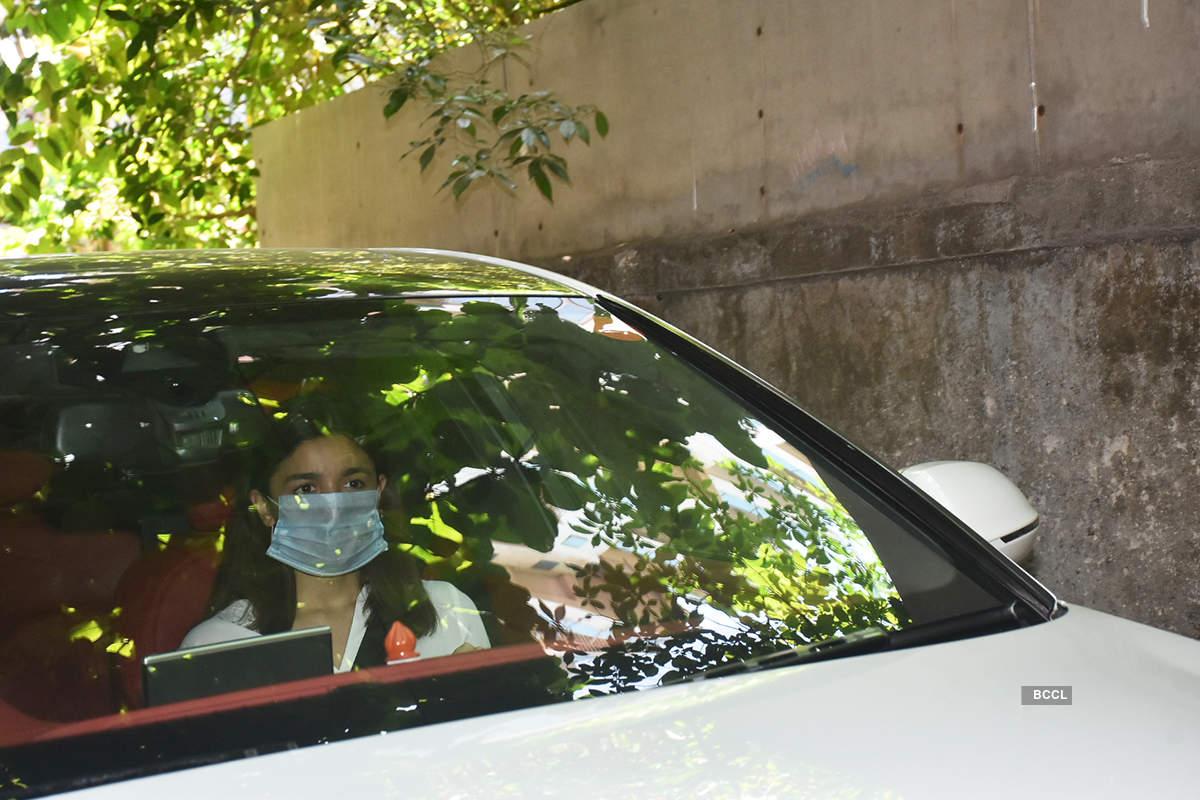 Ranbir Kapoor, Alia Bhatt, Shweta & Navya Nanda & others attend Rishi Kapoor's prayer meet, see pictures