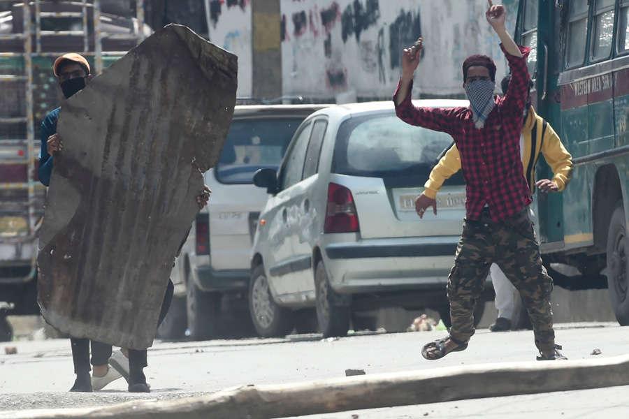 Srinagar: Locals pelt stones as security forces kill 2 terrorists in encounter