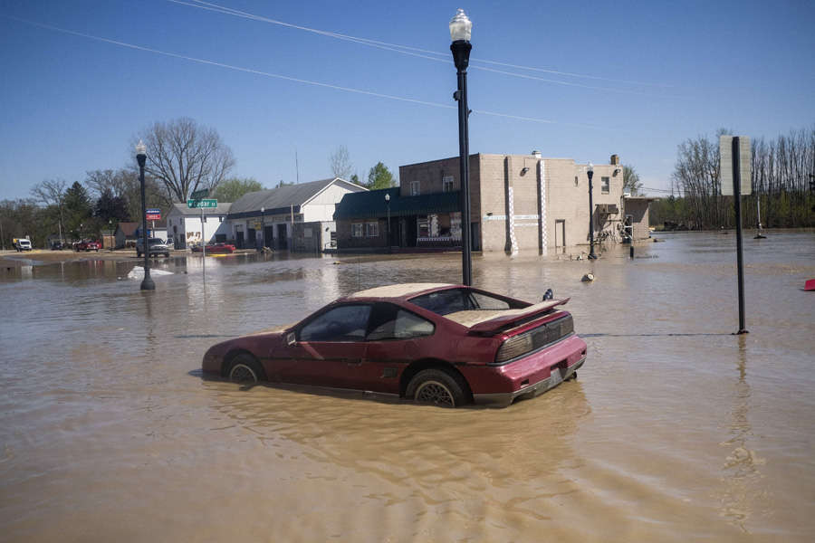 These 35 pictures show how flooding disrupted normal life in Michigan