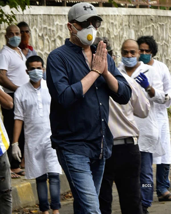 Pictures of teary-eyed Sajid Khan & family bidding final goodbye to music composer Wajid Khan