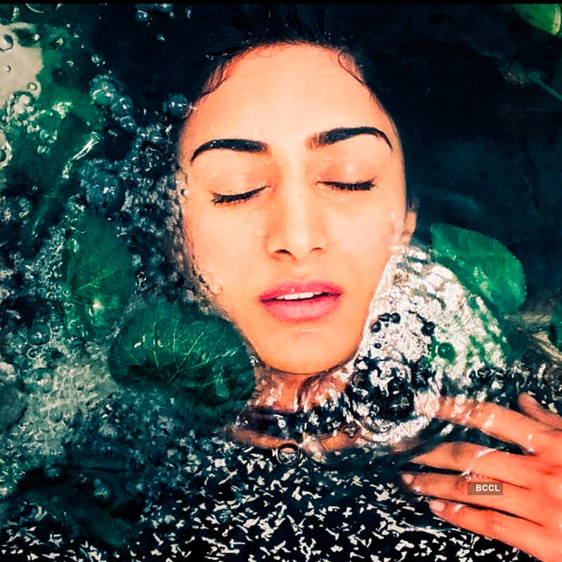 Erica Fernandes ups the glam quotient with her bewitching pictures