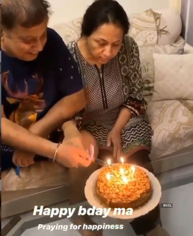 Varun Dhawan hosts a mini-party on his mom's birthday