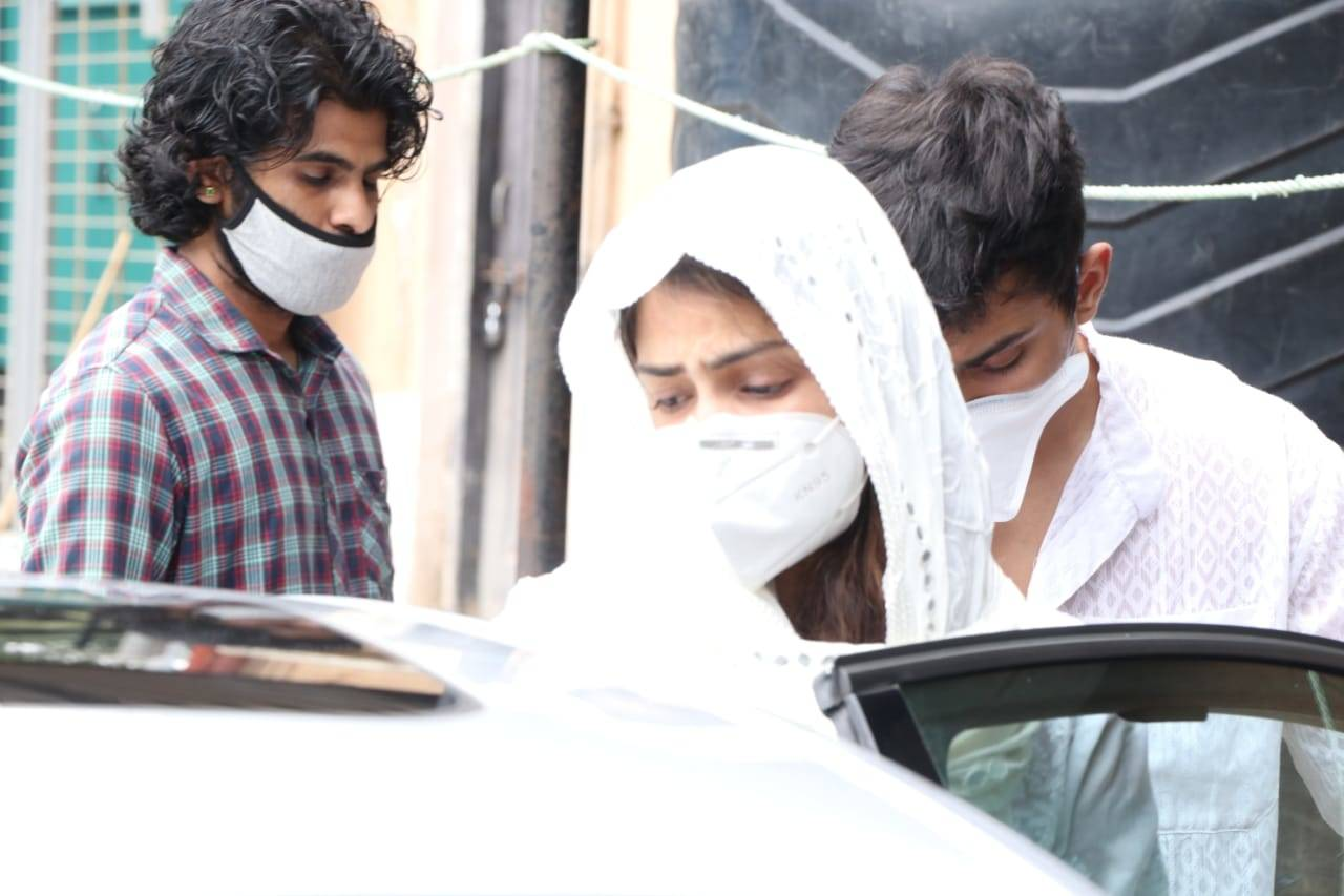 Sushant Singh Rajput suicide case latest news update: Rhea Chakraborty spotted at Bandra police station