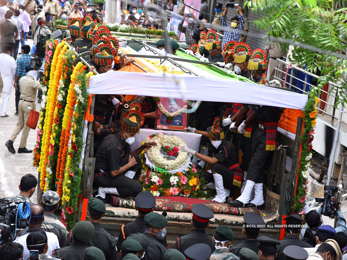 Thousands bid tearful adieu to Galwan Valley martyr Colonel Santosh Babu