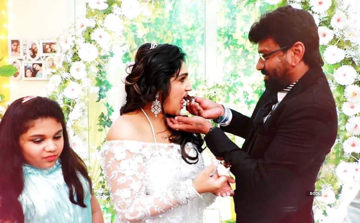 Pictures of Tamil actress Vanitha Vijayakumar's wedding with filmmaker Peter Paul go viral