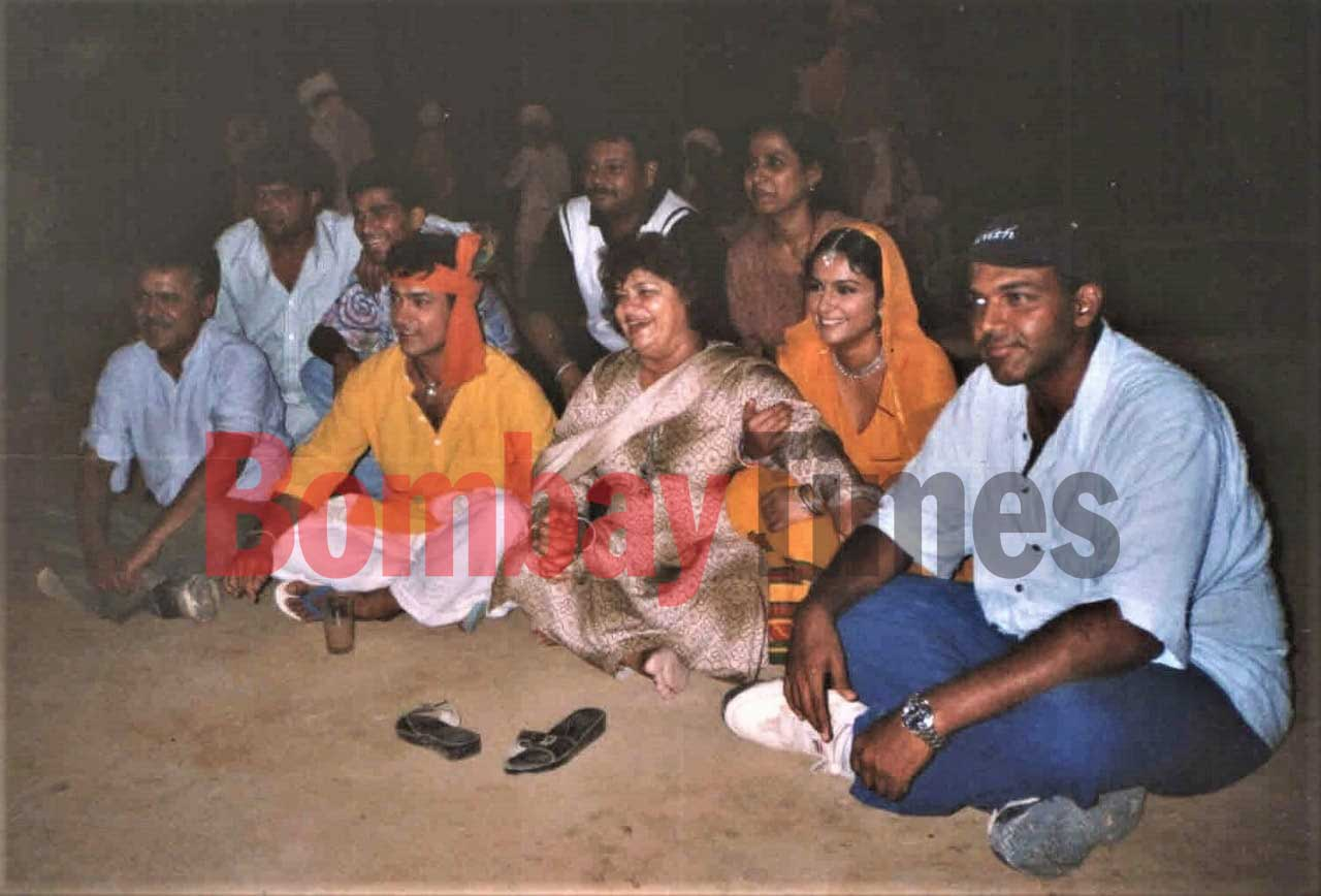 Aamir Khan, Saroj Khan, Gracy Singh and Ashutosh Gowarikar on the sets of Lagaan