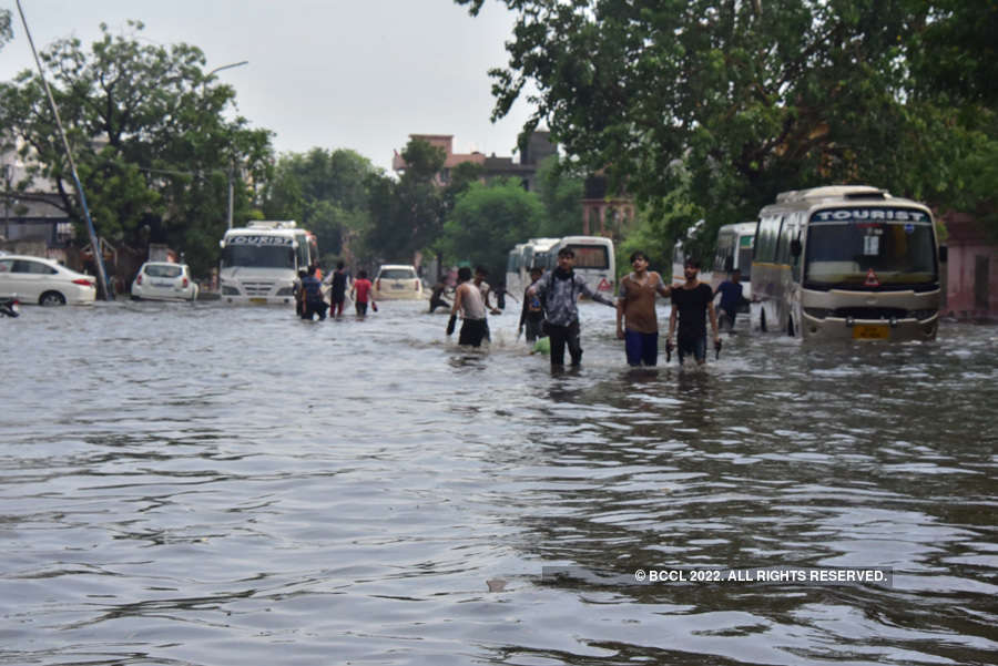 Heavy rain lashes Jaipur city