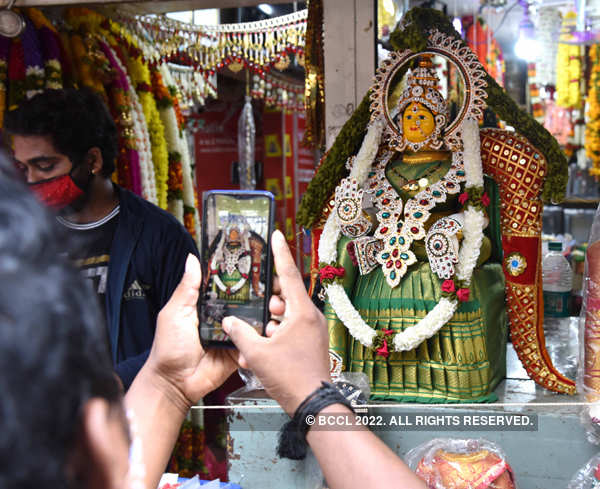 Festival shoppers throng markets ahead of Varamahalakshmi