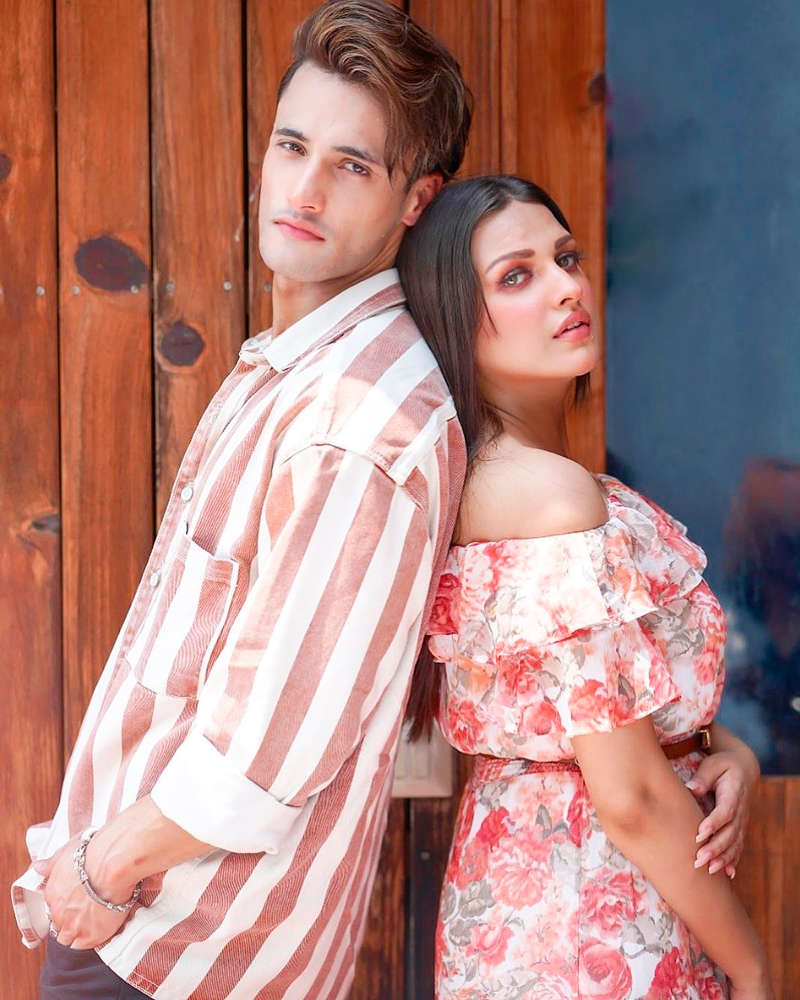 Romantic pictures of Asim Riaz and Himanshi Khurana are breaking the internet