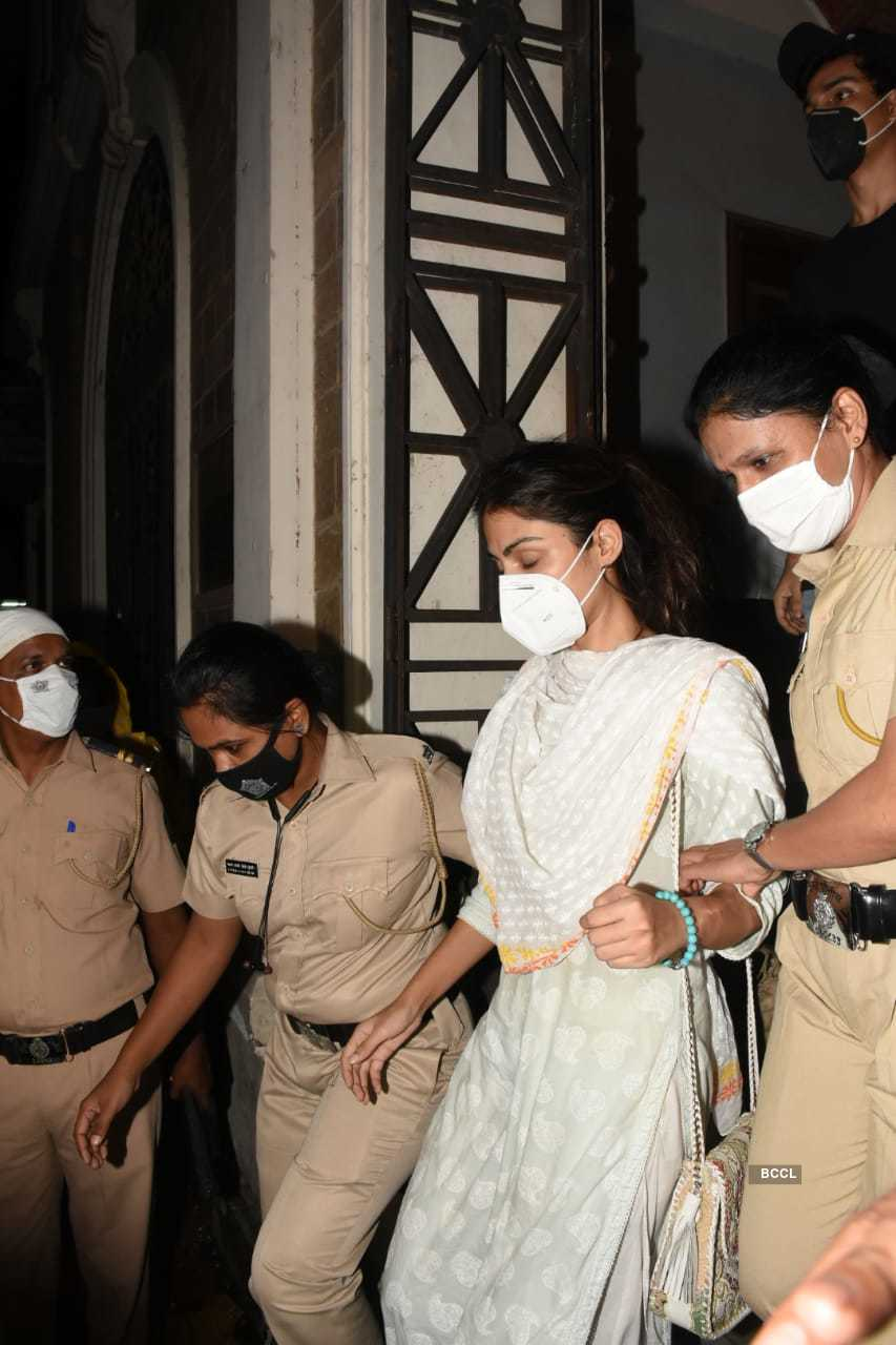 Rhea Chakraborty leaves ED  (1).