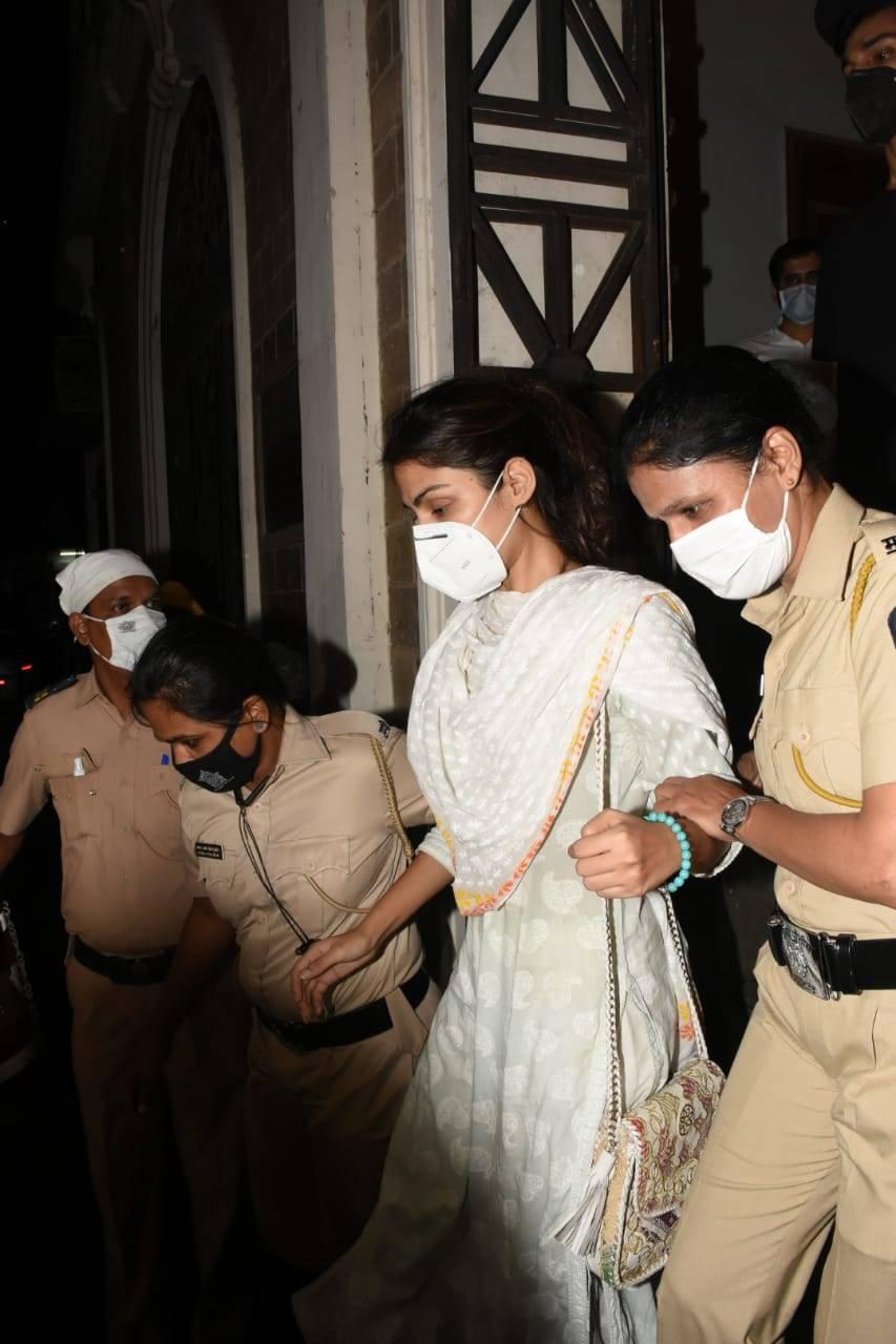 Rhea Chakraborty leaves ED  (3).