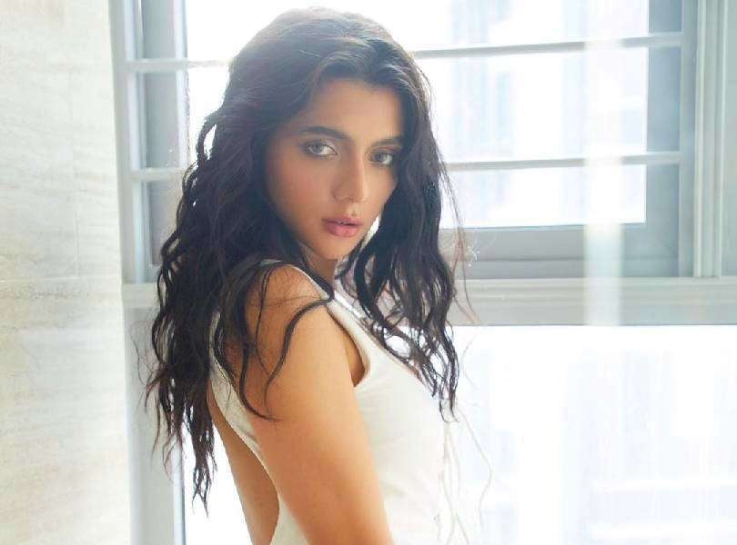 Ruhi Singh's enchanting look will take your breath away!
