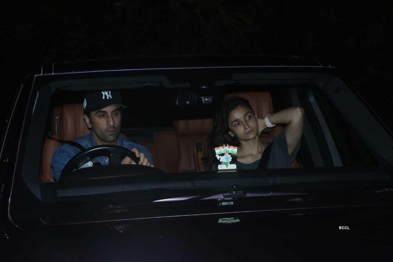 Alia Ranbir meet Sanjay Dutt (3).